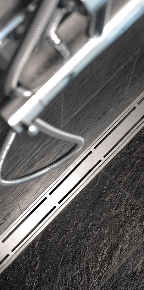 Tässä kylpyhuoneessa on seinän viereen asennettu unidrain® ClassicLine -linjalattiakaivo. Kun lattian kaato tarvitsee tehdä vain yhteen suuntaan, on suurten lattialaattojen käyttäminen mahdollista. Kaivon malli: Classic Line Linja, Anniversario-ritilällä.