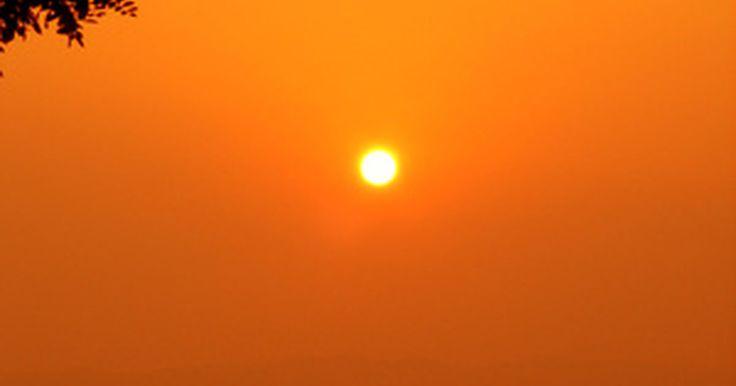 ¿Cómo se produce la luz del Sol?. Alza la vista al cielo por la noche, y verás millones de pequeños puntos de luz. La mayoría de ellos son estrellas como nuestro sol, pero están demasiado lejos como para producir luz para nosotros. Estamos lo suficientemente cerca de esta estrella en particular para que ilumine y caliente nuestro planeta.