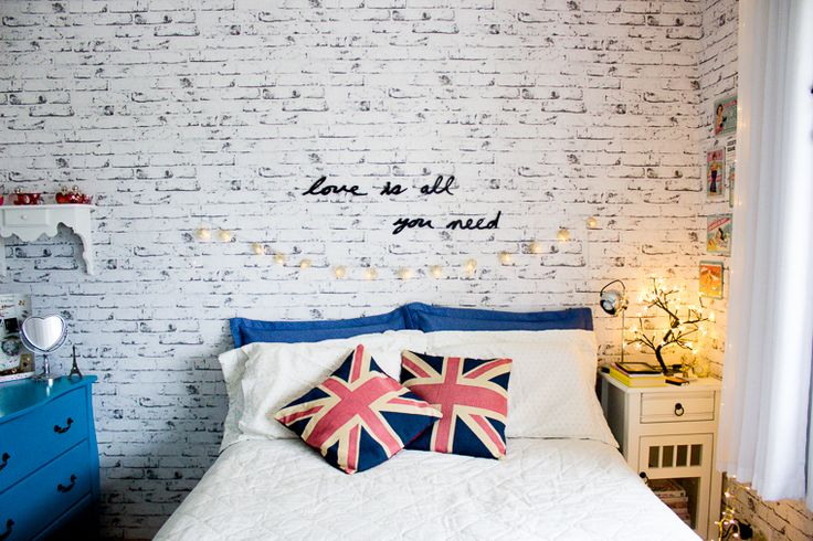 Love is all you need: http://melinasouza.com/2014/12/29/decoracao-frases-na-parede/