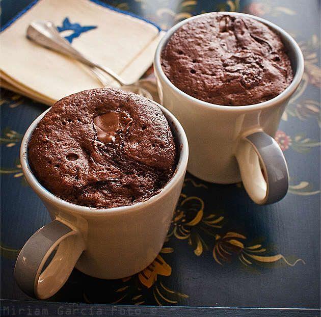 7 recetas de mug cake o bizcocho en taza en español. Recetas que se preparan en el microondas. Mug cake dulces y salados con recetas en español.
