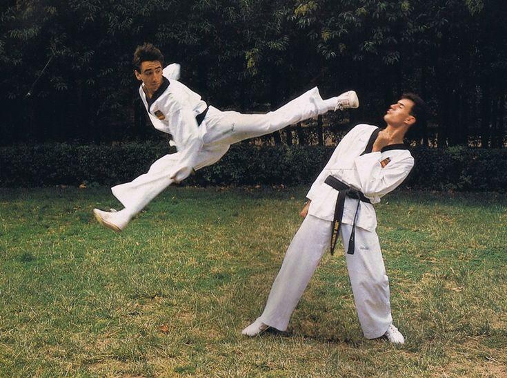 patada-voladora El taekwondo es un arte marcial transformado en deporte olímpico de combate;se destaca por la variedad y espectacularidad de sus técnicas de patadas; se basa en artes marciales mucho más antiguas como el taekkyon coreano en la forma y realización de los golpes con el pie, y en el karate-do japonés (estilos Shūdōkan y shotokan)
