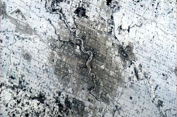 Chris Hadfield / @Cmdr_Hadfield  Edmonton Alberta - the North Saskatchewan River looks serpentine, writhing through the capital city. pic.twitter.com/pHqGjCfU