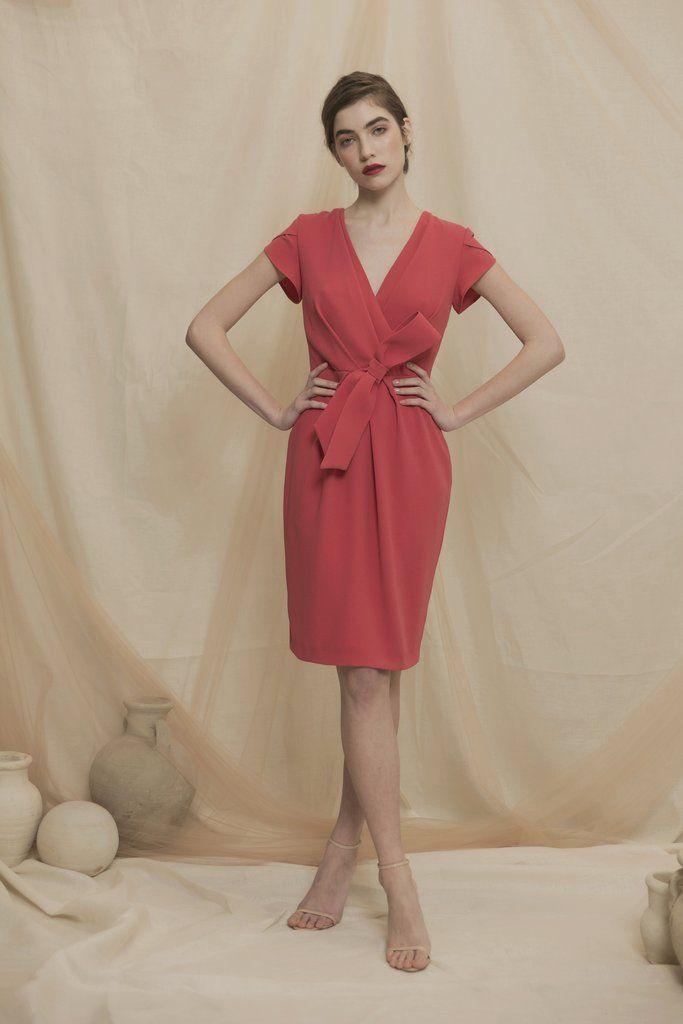 df03cce8f06 Descripción: Vestido midi confeccionado en crepé con mangas cortas  rematadas en forma de tulipán y