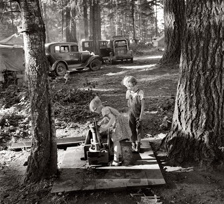 August 1939. Marion County, Oregon, near West Stayton. Children in large private bean pickers' camp. The pickers came from many states, from Oklahoma to North Dakota.