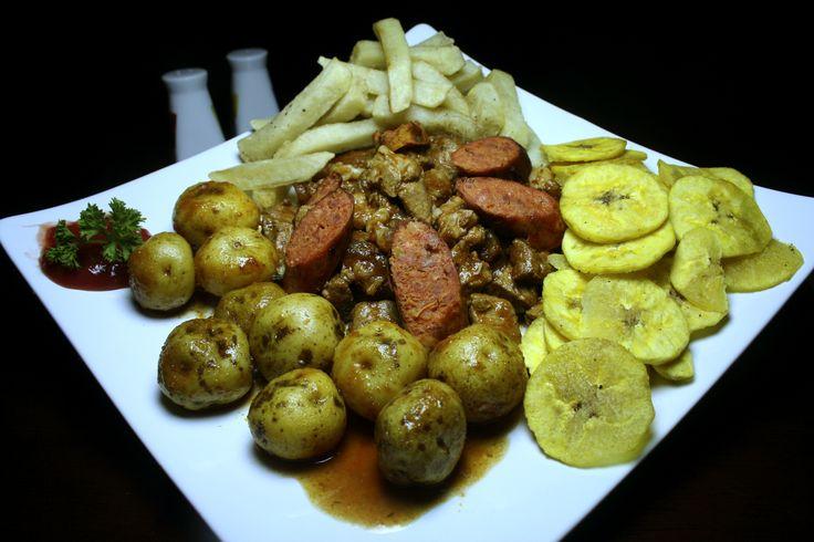 mateito: carne de res, carne de cerdo, pataconas, papa a la francesa, papa criolla y salsa de la casa.