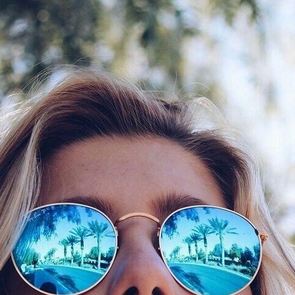 Look verão com óculos espelhados azuis.                                                                                                                                                                                 Mais