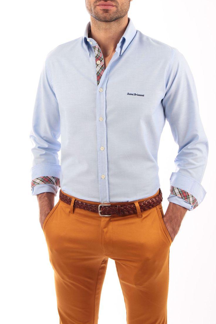 Camisa Oxford azul con cinta escocesa verde y gris. Producto artesanal. Detalles de cinta escocesa en vista de botones, interior de puños e interior del cuello. Detalle de bordado en pecho e interior de canesú.  Fabricada en España. 100% artesanal.