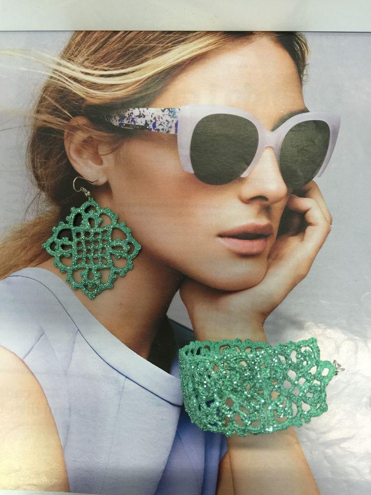 bracciale e orecchini all'uncinetto,dipinti a mano nei toni del verde tiffany,con glitter trasparenti e vetrificati.A forma di piccoli e medi rombi