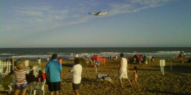 Video: Avion de Aerolineas Argentinas vuela razante por toda la costa Atlántica.