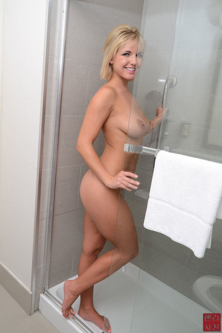 Naked News Eila Adams booty