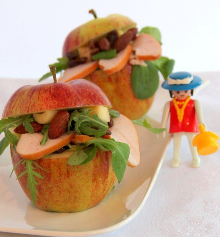 Gevulde appels • 2 appels • 1 handjevol veldsla, rucola, gerookte amandelen en rozijnen • 1 gerookte kipfilet • dressing: 3 el olijfolie, 1 tl mosterd, 1el frambozenazijn, 1el honing • citroensap Was de appels en snijd de kapjes eraf en hol voorzichtig met een appelboor de appels uit. Snij het vruchtvlees in stukjes. Snij de gerookte kipfilet in dunne plakjes. Was en droog de veldsla en de rucola. Vermeng deze met de stukjes appel, amandelen, rozijnen en wat van de dressing. Vul de appels.