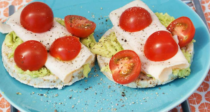 Rijstwafels met kipfilet, avocado en tomaat recept
