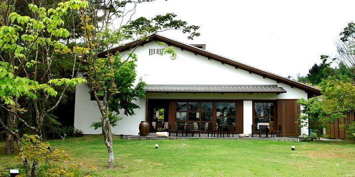 先日、2日間軽井沢で夏期休暇を楽しんだ。幼なじみのご家族の別荘に居候させていただき、車で軽井沢の建築を見て回る。  その中に、旧飯箸邸(上写真)が...
