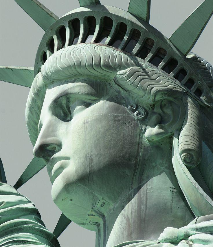 Alpina Feine Farben No. 10 – Hüterin der Freiheit. Das weltberühmte Symbol der Freiheit in den USA – die Statue der römischen Göttin der Freiheit, Libertas – wurde 1886 als Geschenk der Franzosen zu Ehren der amerikanischen Unabhängigkeitserklärung errichtet. Die Freiheitsstatue zählt zu den höchsten Statuen der Welt und erstrahlt durch die natürliche Oxidation von Kupfer in diesem unverwechselbar charismatischen Grün-Ton. #Design #DIY #Einrichten #Wohnen #Inspiration #Premium #Innenfarbe…