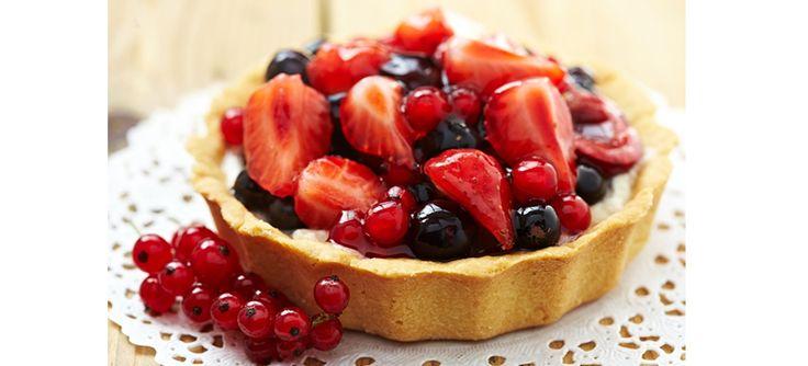 Receita de torta de frutas vermelhas variadas (morango, mirtilo, amora, framboesa) sem glúten com a massa feita de biscoitos e o recheio de tofu   BH Mulher