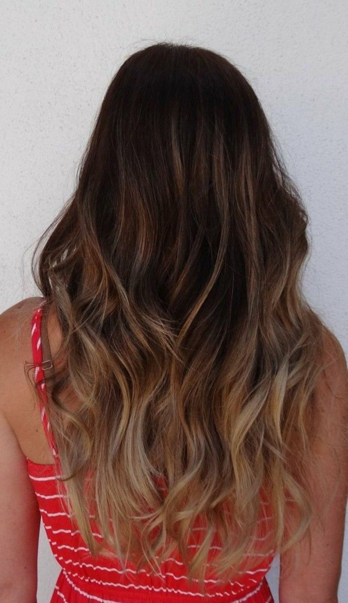 coloration cheveux longs balayage blond clair robe rouge rayures blanches cheveux chatain - Coloration Chatain Reflet Rouge