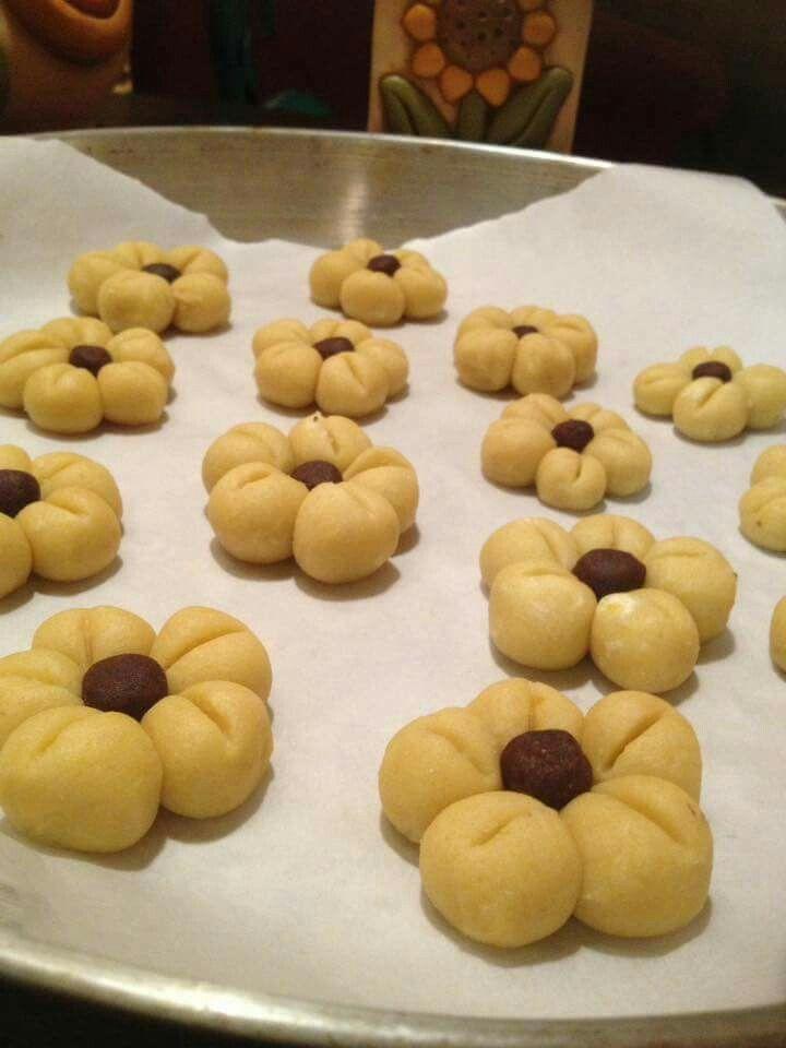 Biscotti THUN 150g di farina OO 100g di fecola di patate 125 g zucchero a velo 125g di burro bavarese morbido 1 uovo intero ,bustina di vanillina 5 gocce di colore alimentare giallo Procedimento Impastare il tutto deve essere un pane