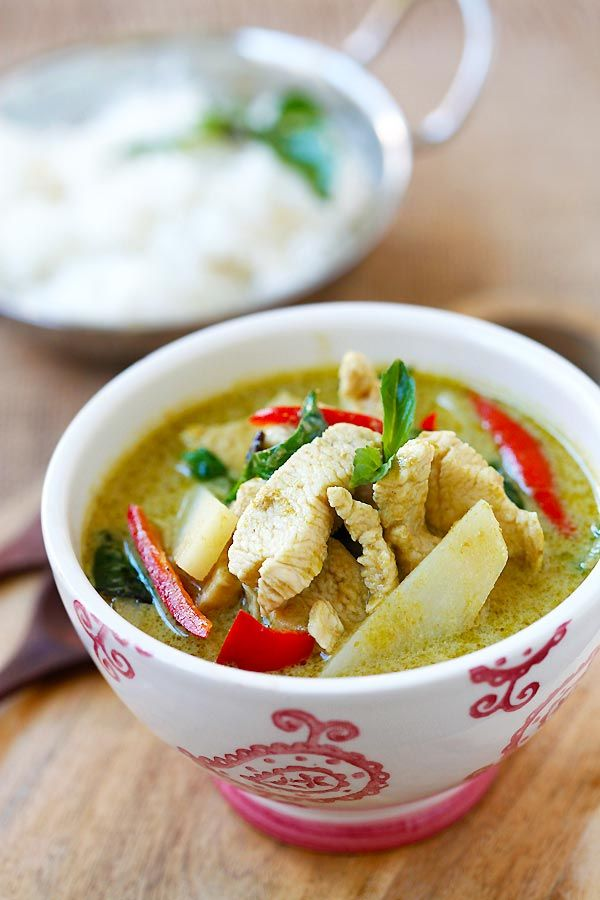 Thai Green Curry - delicious and easy green curry with chicken. Making green curry is so easy and takes only 20 min, and much cheaper than eating out | rasamalaysia.com