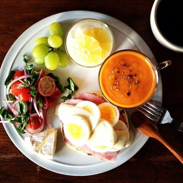 Today's breakfast. Tomato Soup トマトの豆乳ポタージュ、パンはゆで卵と旦那さんが会社でもらってきたハム
