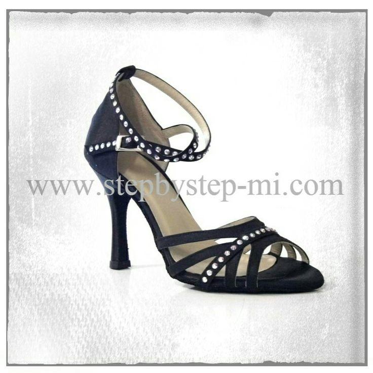 Sandalo in raso nero decorato con strass  #stepbystep #scarpedaballo #danceshoes #sandali #sandal #salsa #bachata #kizomba #tango #raso #black #nero #strass #rhinestones