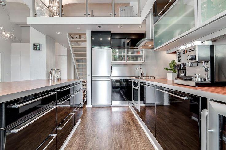Loft-asunnon moderni musta keittiö - Etuovi.com Sisustus