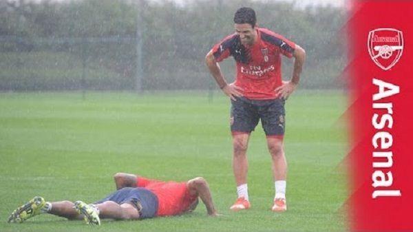 Zabawne rzuty karne w wykonaniu piłkarzy Arsenalu Londyn • Theo Walcott i Mikel Arteta strzelają zakręcone rzuty karne • Zobacz >> #arsenal #football #soccer #sports #pilkanozna