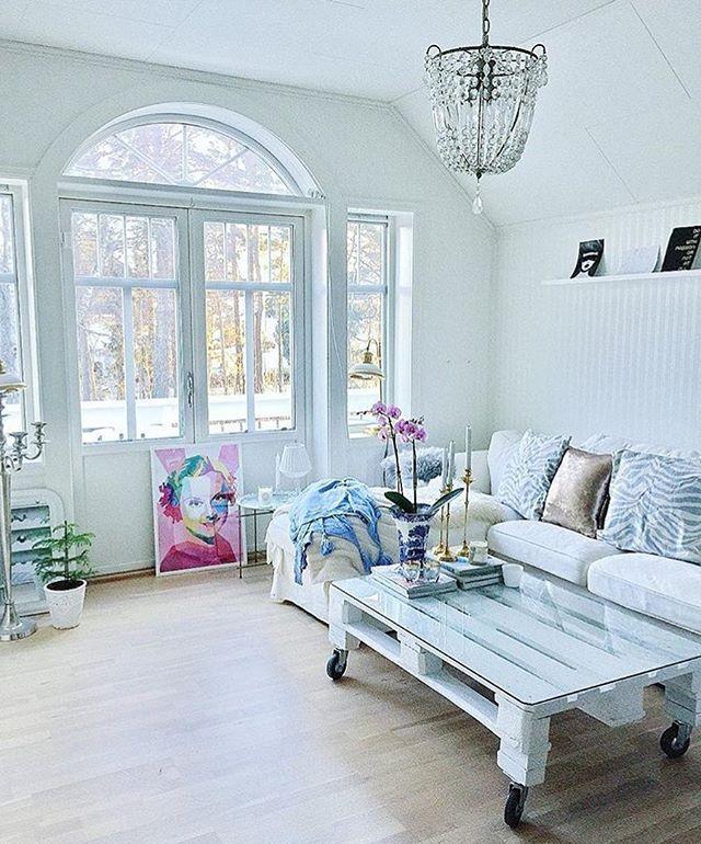 Vakre Sonja Henie i den nydelige stue hjemme hos @lindashome  Ønsker alle en nydelig kveld!