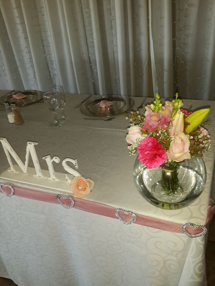 Bridal table flowers with shades of pink