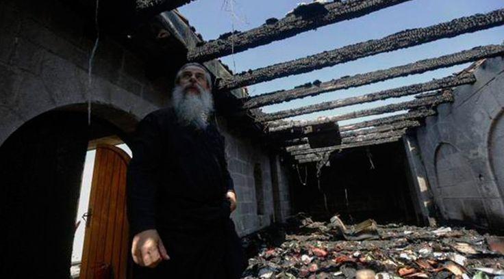Miles de cristianos realizaron una manifestación ayer en la Iglesia de la Multiplicación de los panes en Tagbha (Israel), que fue incendiada presuntamente por judíos radicales no identificados el 18 de junio.