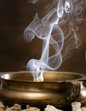 """Le """"kōdō"""" est l'art japonais d'apprécier les parfums.  C'est un des trois arts traditionnels avec """"la cérémonie du thé"""" et  """" l'ikebana """". Lors d'une cérémonie de kōdō les participants « écoutent »2 des flagrances exhalées par des bois parfumés brulés selon des règles codifiées vers la fin du xive siècle."""