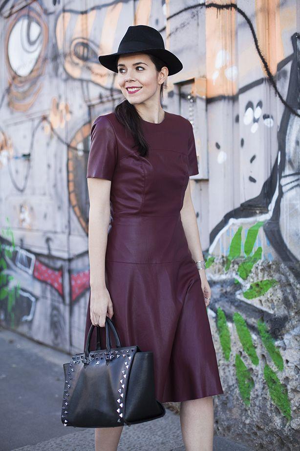 Borsa nera borchiata ed un vestito di pelle