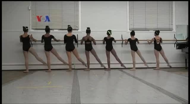 Bulan Februari diperingati sebagai Bulan Sejarah Warga Amerika Keturunan Afrika. Sebuah sekolah tari balet di ibu kota Amerika, Washington DC, mencatat sejarah dengan merayakan 75 tahun komitmennya memberikan pelatihan tari balet berkualitas kepada anak-anak Amerika berkulit hitam.  DI YouTube: https://youtu.be/nw_qk4j1RlQ