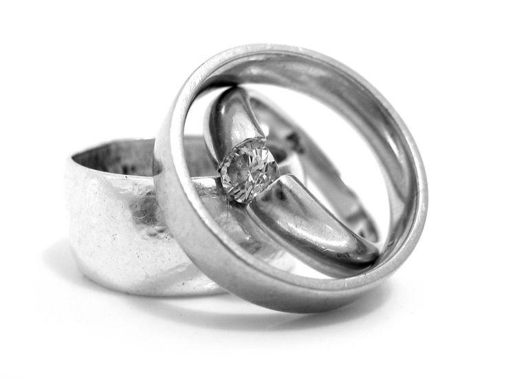 Qu'ils soient en argent ou en or, pour nettoyer vos bijoux ternis, pensez bicarbonate de soude ! L'effet abrasif du bicarbonate vous permet de nettoyer en douceur tous vos bijoux. Pour des bijoux en or, munissez-vous d'une microfibre humide, saupoudrez une pincée de Bicarbonate. Frottez délicatement vos bijoux. Rincez-les à l'eau claire puis séchez-les bien à l'aide d'un chiffon doux. S'il reste encore quelques tâches d'oxydation ou s'il s'agit de bijoux en argent, préparez une pâte de ...