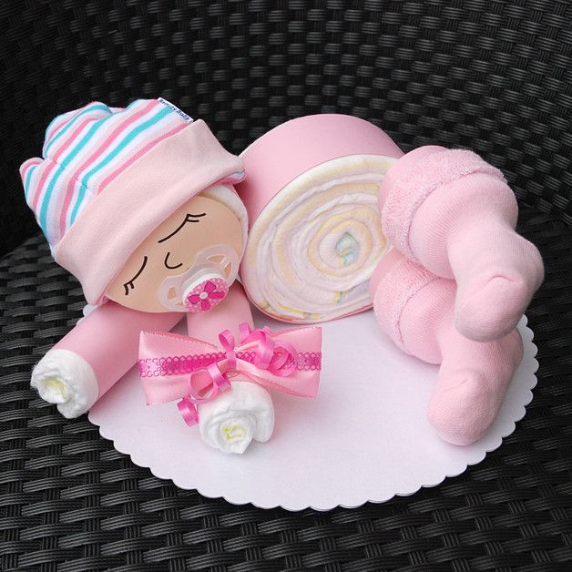 BABY SHOWER~ BABY GIRL DIAPER CAKE. Süßes Windelbaby in rosa - 12 Windeln der Marke Pampers Premium Protection New Baby (Größe 2, 3-6 kg) - Babyaccessoires: Schnuller, Erstlingssöckchen, Erstlingsmütze - Deko: Diverse...