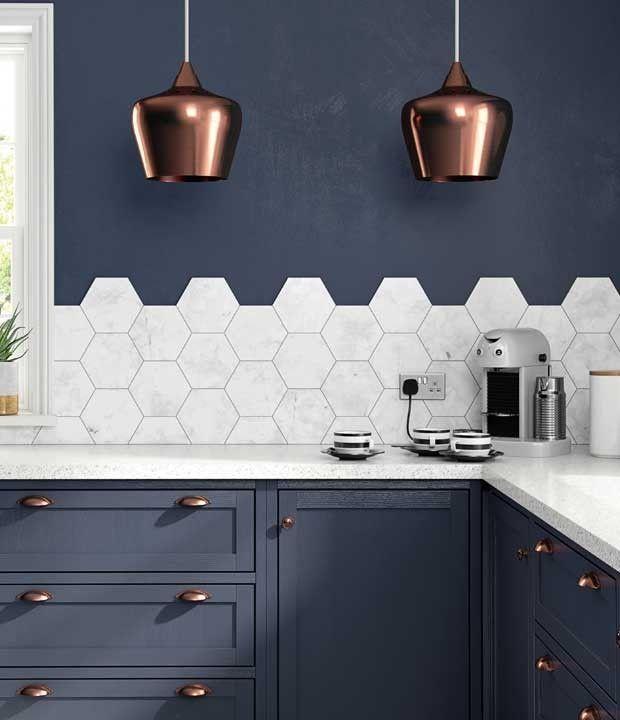 Come Utilizzare Le Cementine Esagonali In Cucina Tutti I Consigli Di Stile Cucina Colorata Idea Di Decorazione Armadi Grigi