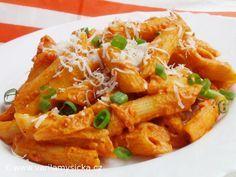 Těstoviny s rajčatovo-smetanovou omáčkou - jednoduše skvělé Balík těstovin (třeba Penne, které dobře pojmou omáčku) Cibuli Olivový olej 2 stroužky česneku 2 konzervy rajčat Trochu vývaru nebo vody z těstovin 1 zakysanou smetanu Sůl, případně zeleninové ochucovadlo Na další doladění bazalku nebo oregano, případně sýr italského typuCibuli nakrájete, orestujte, ke konci přidejte nasekaný česnek, promíchejte a vlijte rajčata. Směs zřeďte, provařit. Na závěr vmíchejte zakysanou smetanou