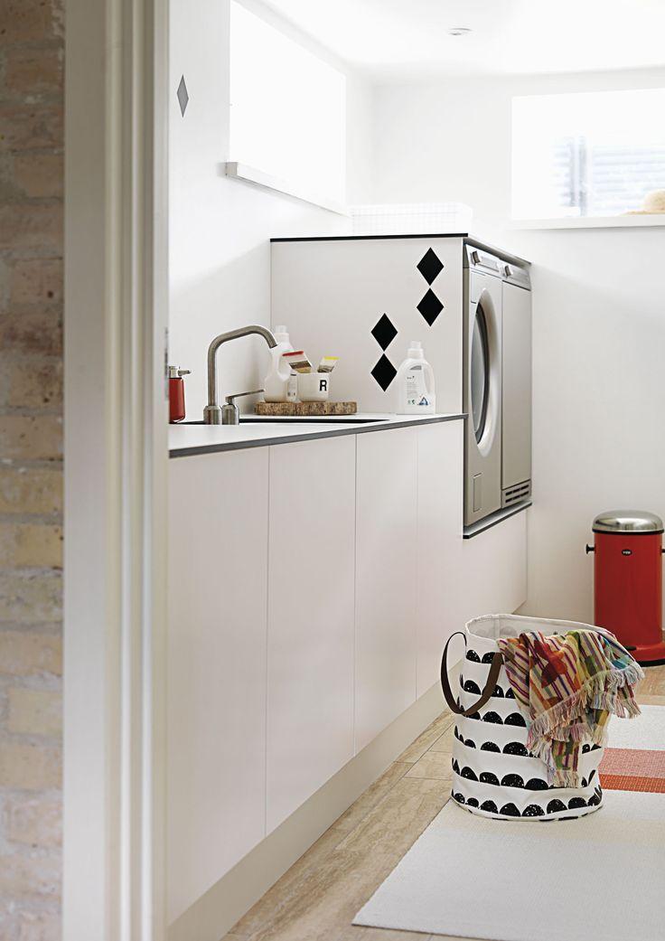 I det lille bryggers giver helt rene linjer uden greb et lettere udtryk, så rummet føles større og mere luftigt. Se hele boligen på www.jke-design.dk.