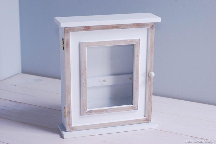 Biała szafka, która wyeksponuje klucze, znajdujące się za drzwiczkami z szybą. Drzwiczki zamykane są na magnes. Niebanalna i funkcjonalna ozdoba przedpokoju. Kwintesencja aranżacji w minimalistycznym stylu.
