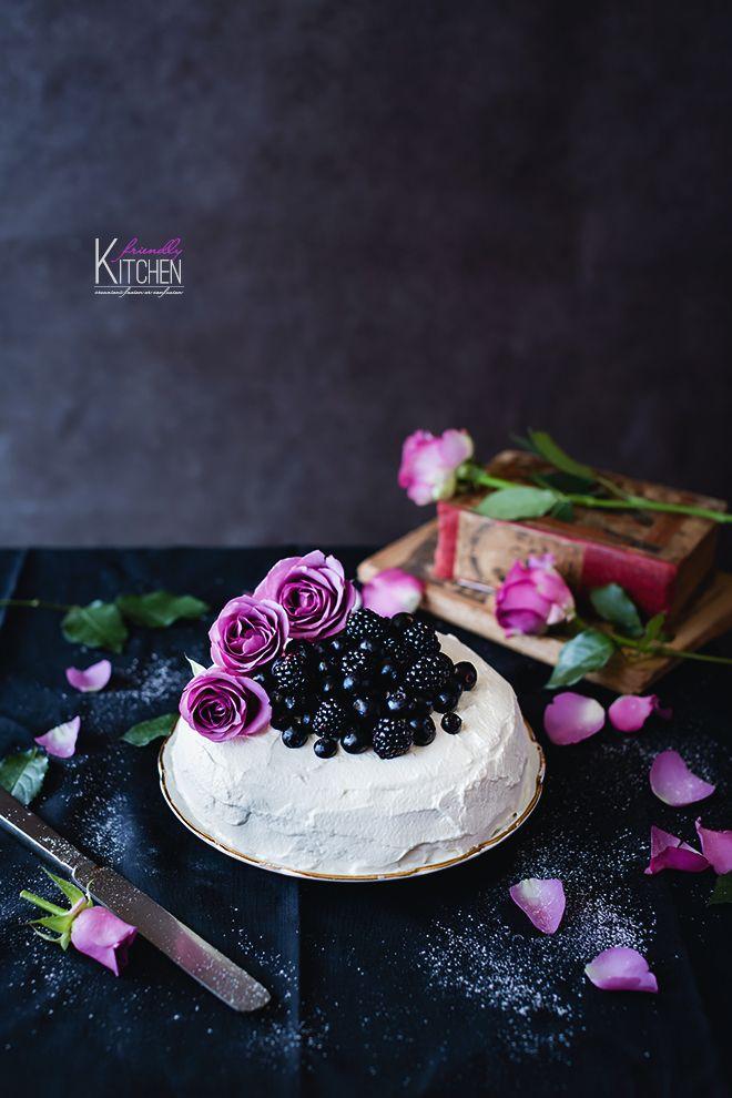 Una sponge cake alla vaniglia con panna e frutti blu per festeggiare l'8 marzo. Una torta semplice, profumata, avvolta in uno strato generoso di panna soffice e dolce. I frutti di bosco ribfrescano il palato con una piacevole acidità. Le rose come tocco decorativo oggi non potevano proprio mancare.