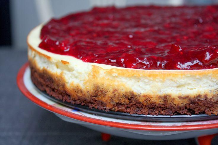 Nordisk skyr-cheesecake med rugbrødsbund og brombærsauce