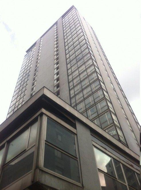 E' stata per un decennio un simbolo di abbandono - con i suoi cento metri d'altezza e 31 piani completamente sfitti - ed era tornata al centro delle cronache nel 2012 per la provocatoria e breve    occupazione da parte del collettivo    di artisti di Macao. Ora, però, la Torre Galfa di Milano