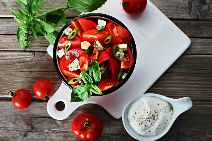 V kuchyni vždy otevřeno ...: Rajčatový salát s Nivou a bazalkou