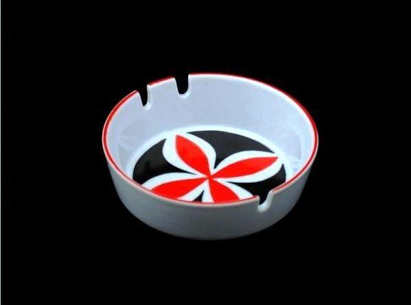 Piros - fekete hamutál - 01  Porcelán, máz feletti festéssel   Készült: 1960-as évek eleje  Mérete: 11 cm átmérőjű, 3,5 cm magas  Zsolnay gyár, pajzspecsét  http://innogaleria.hu/termekek/keramia/torok_janos/piros_fekete_hamutal.html