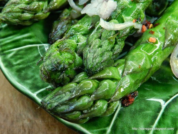 Zielone szparagi z chili i szalotką