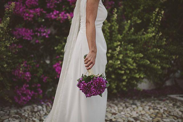 Ramo de novia de dalias lilas {Foto, Momenta Bodas} #ramosdenovia #weddingbouquet #tendenciasdebodas