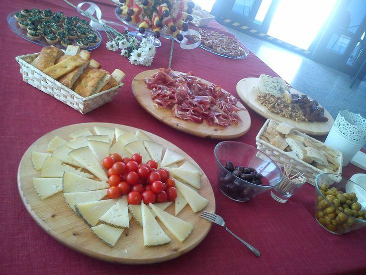 catering, tabla de roquefort con nueces y datiles, jamón serrano y ciabatta en lonchas, manchego y tomate cherry, olivas