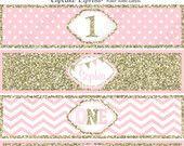 Un primer cumpleaños niña coral rosa oro para imprimir etiquetas de botella de agua personalizada escarcha de lunares de chevron 1er cumpleaños - 1030