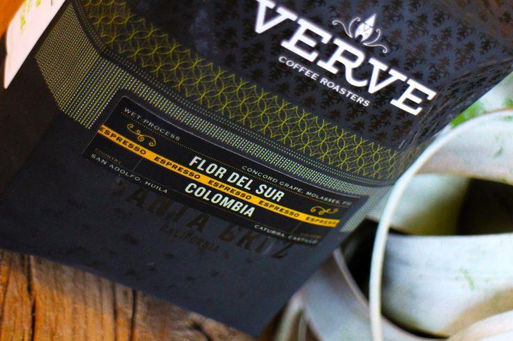 オススメの Verve Coffee Roastersのサードウェーブコーヒー豆は国内流通の少ないコロンビアのフロー デル ソル コンコード…. フルーティーで甘いコーヒー好きの方におススメです☆☆ イチジクの甘みとグレープの味わいが口の中に広がりますよ。 COLOMBIA Flor Del Sur  生産国/生産地:SAN ADOLFO, HUILA プロデューサー: Huilaの複数の農家 標高:1.500m ~ 1.900m 品種:カトゥーラ種、キャスティーロ種 プロセス:ウエットプロセス  Tasting Note:グレープ、甘いシロップ、イチジク 100g/ ¥940 Enjoy Verve Coffee Roasters & La Brea Style!! #シングルオリジン #カフェラテ #chemex #coffee #coffeestand #越谷 #thankyou #happy #goodcoffee #珈琲 #thirdwave