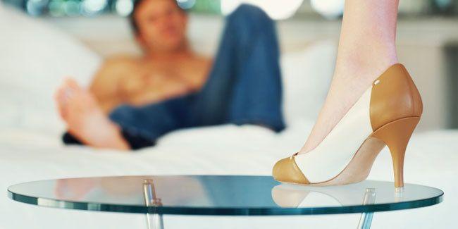 Apakah pasangan suami anda tipe workhaholic sehingga membuat anda jarang bercinta dengannya ? Jangan khawatir, dengan trik bangkitkan gairah bercinta suami