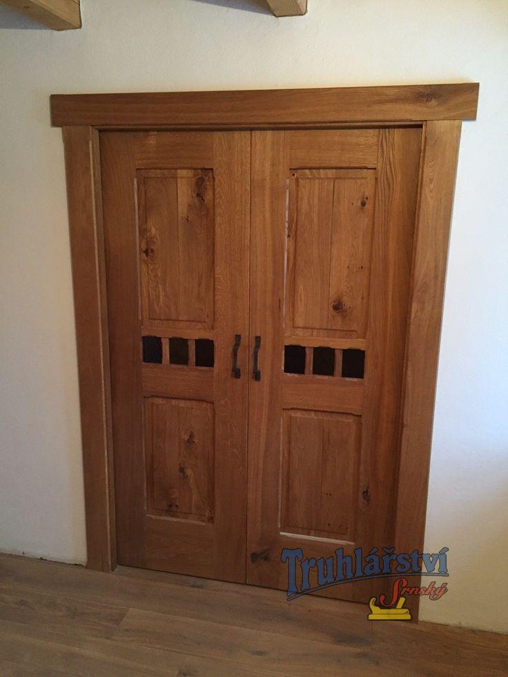 Dveře kazetové posuvné, v obložkové zárubni, dub, drásaný, olejovaný. Kovaná klika a závěsy. Středová linka barevné sklo.